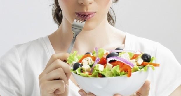 mulher comendo salada para emagrecer