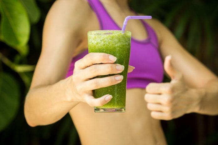 mulher e suco verde
