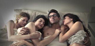 pessoas na cama