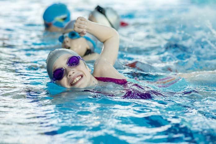 crianças fazendo natação