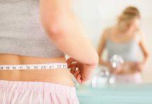 mulher medindo sua cintura